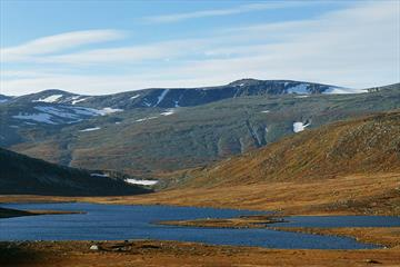 Rasletinden (right) seen from the Fagerdalen Valley.