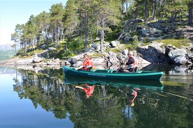 Family canoe tour in Lake Øyangen