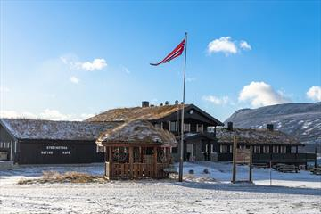 Syndinstøga is a great place to stop by for a bite to eat or stay over night in the Syndin area in Valdres.