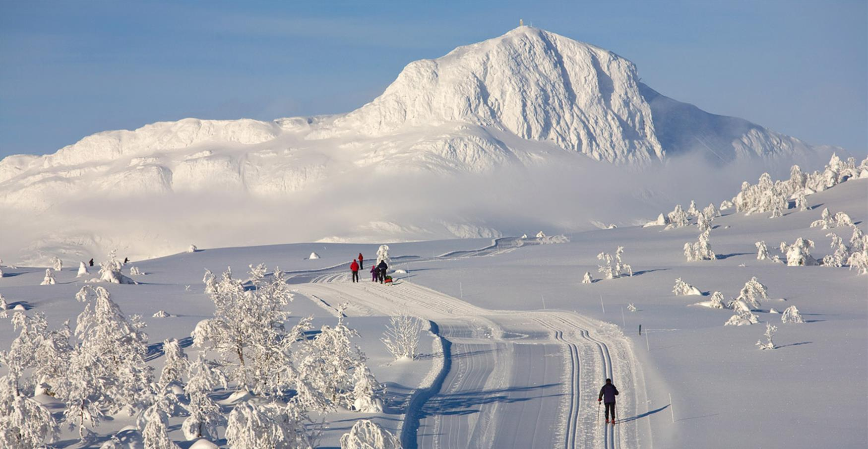 Cross-country skiing in Beitostølen with the mountain Bitihorn as a backdrop.