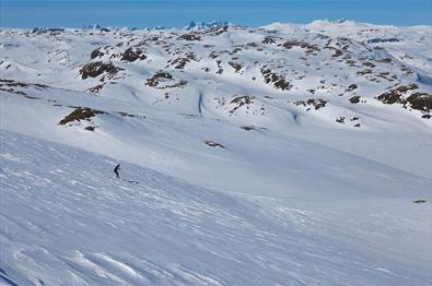 The northern slope of Stølsnøse is a beginner friendly mountain ski tour.