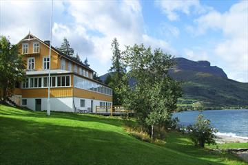 The Sommerhotell in Vang is located on the shore of Lake Vangsmjøsa.